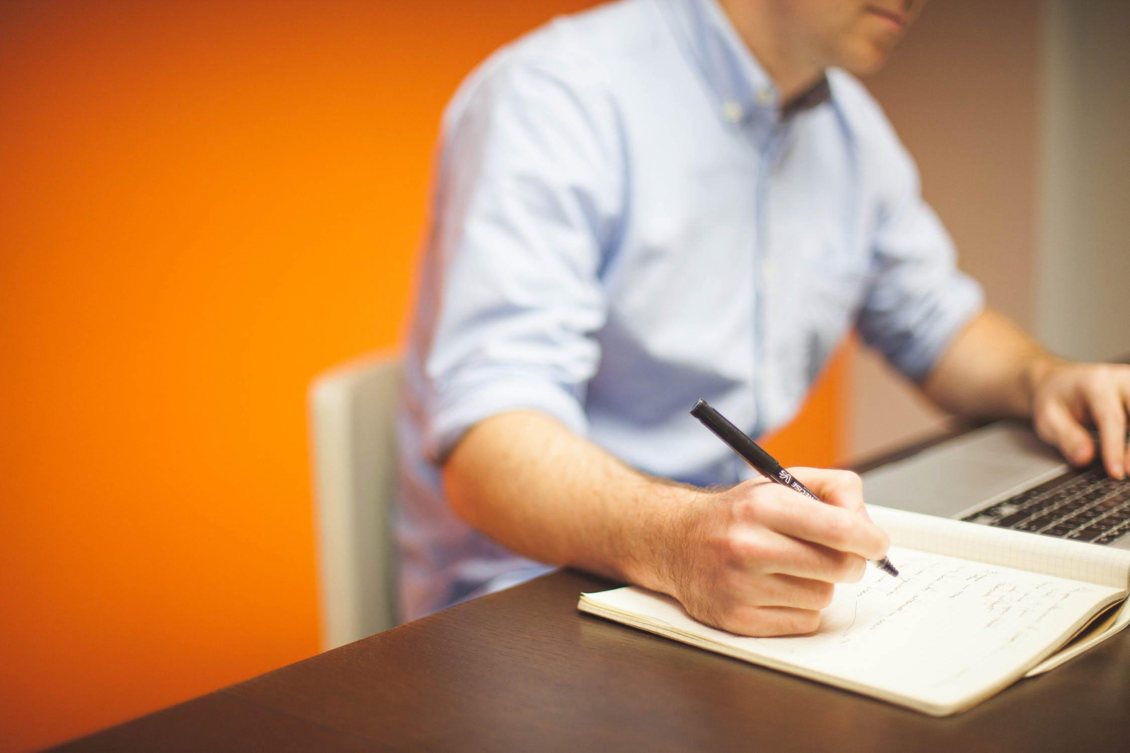 Zertifikat wird am Schreibtisch ausgestellt